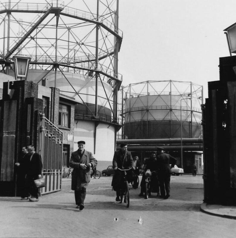 Aan de fabriekspoort van de NSM in 1965. (Zeeuwse Bibliotheek, Beeldbank Zeeland, coll. Landbouwcentrum)