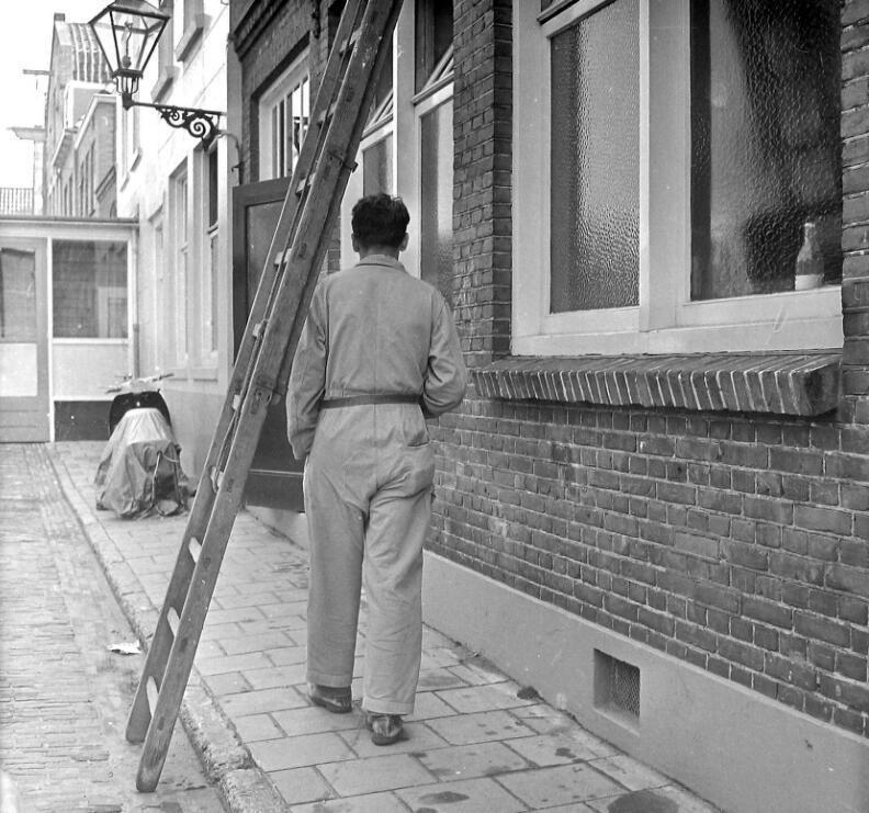 Wie onder een ladder doorloopt, roept ongeluk over zich af. Vlissingen 1962. (Zeeuwse Bibliotheek, Beeldbank Zeeland, fotoarchief PZC)