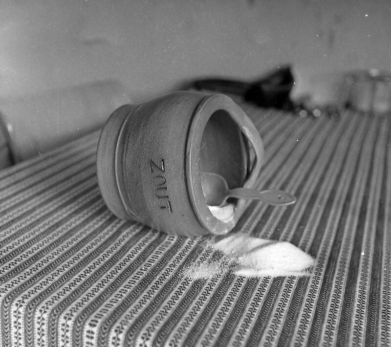Het morsen van zout brengt ongeluk. Vlissingen 1962. (Zeeuwse Bibliotheek, Beeldbank Zeeland, fotoarchief PZC)