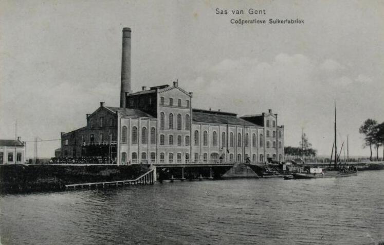 De coöperatieve suikerfabriek in Sas van Gent omstreeks 1925. Prentbriefkaart. (Zeeuwse Bibliotheek, Beeldbank Zeeland)
