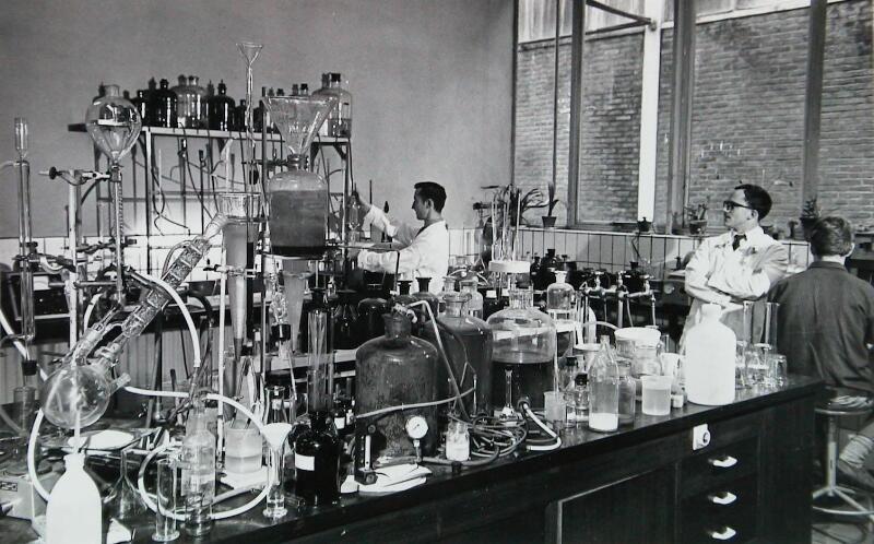 Het laboratorium van de coöperatieve suikerfabriek in 1967. (Zeeuwse Bibliotheek, Beeldbank Zeeland, foto C. Kotvis)