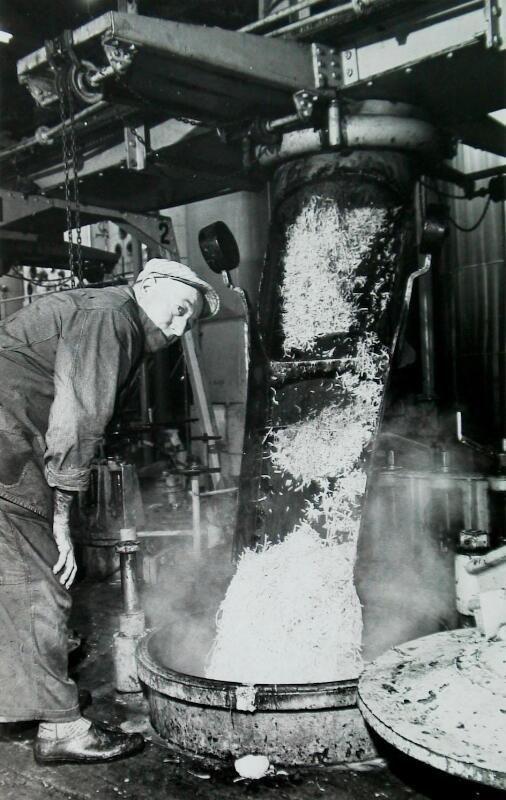 Het vullen van een ketel van de diffusiebatterij in de coöperatieve suikerfabriek, 1967. (Zeeuwse Bibliotheek, Beeldbank Zeeland, foto C. Kotvis)