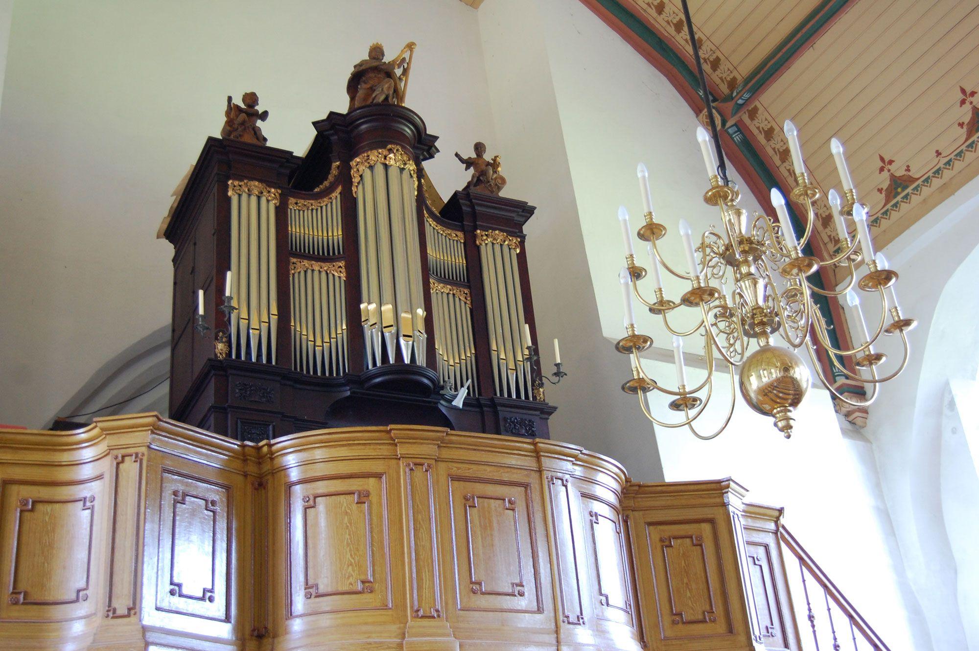 Het Moreau-orgel in de Sint-Maartenskerk van Baarland is beduidend hoger dan een kabinetorgel. (Beeldbank SCEZ)