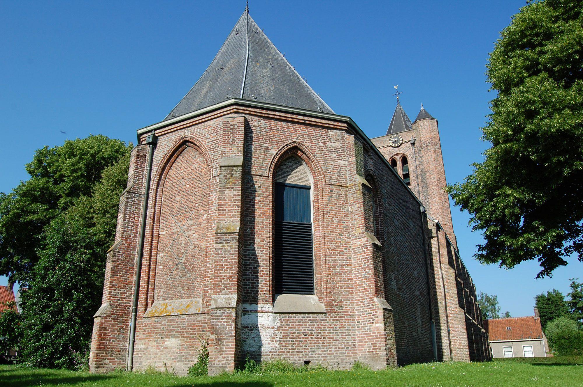 Exterieur van de laatmiddeleeuwse Sint-Maartenskerk in Baarland, eigendom van de Stichting Oude Zeeuwse Kerken. (Beeldbank SCEZ)