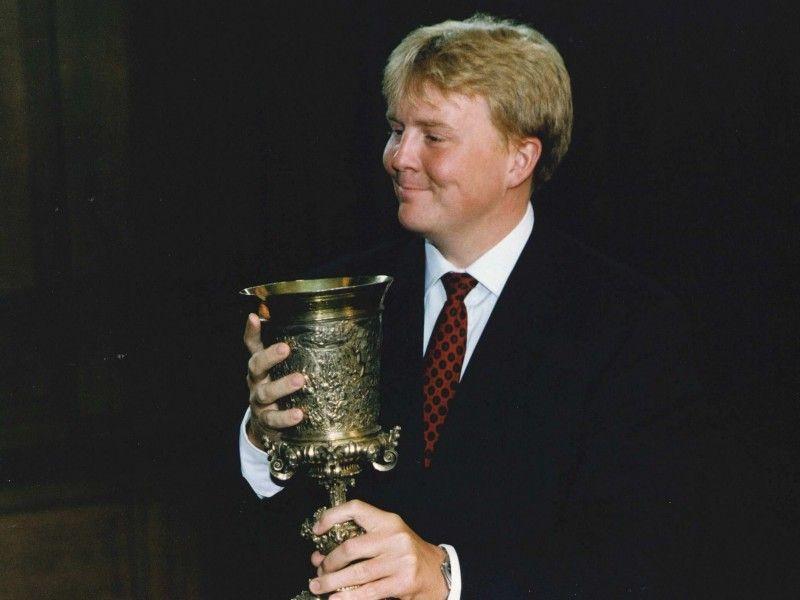 Toenmalig kroonprins Willem-Alexander op bezoek in Veere voor de viering van het 700-jarig bestaan van de stad. Hij dronk een Chablis (witte wijn) uit de beker. (ANP Archief Frans Vanderlinde 1996)