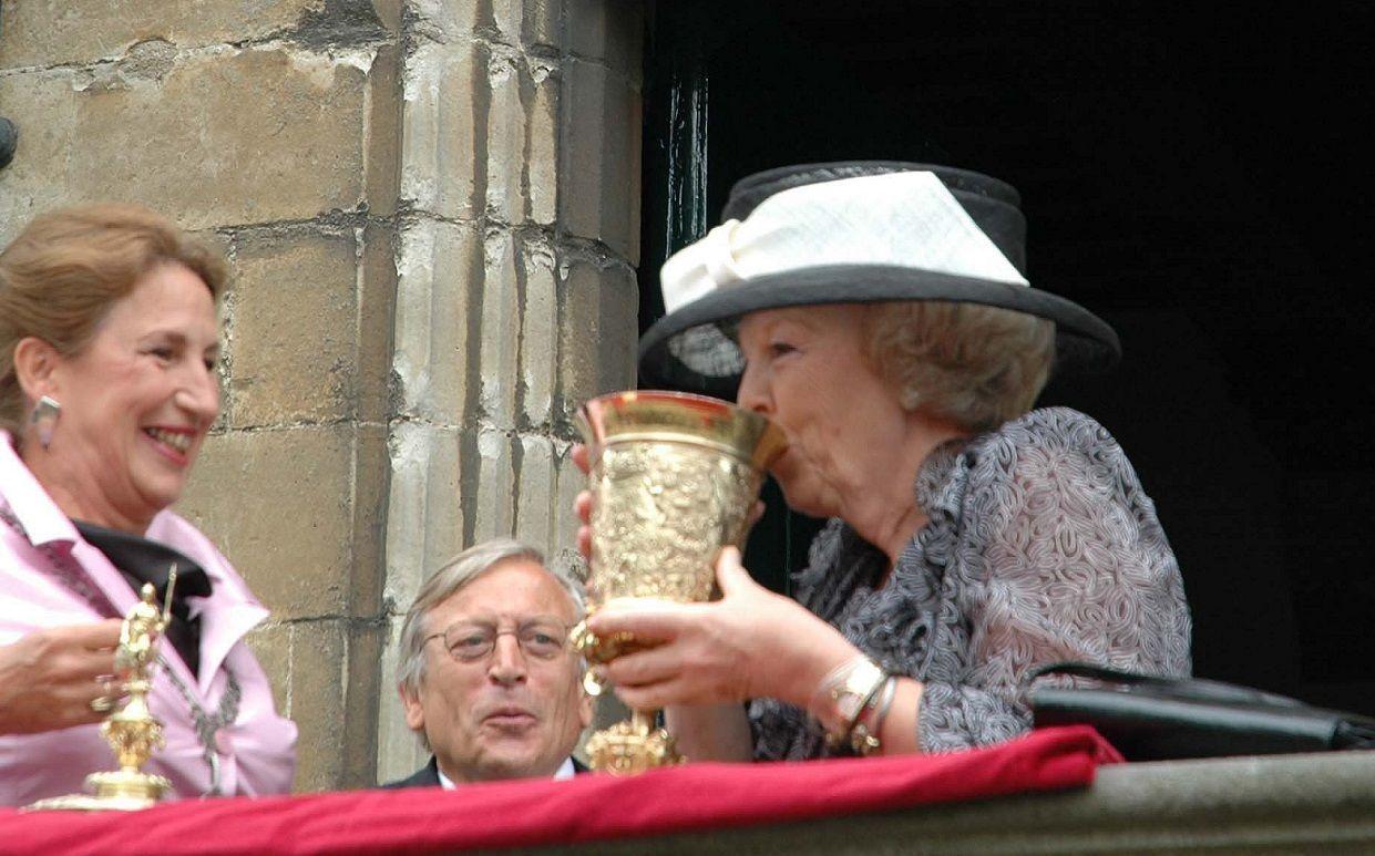 Prinses Beatrix op het bordes van het stadhuis in Veere, waar ze uit de beker drinkt. (Foto Firi den Hoed, 2005)