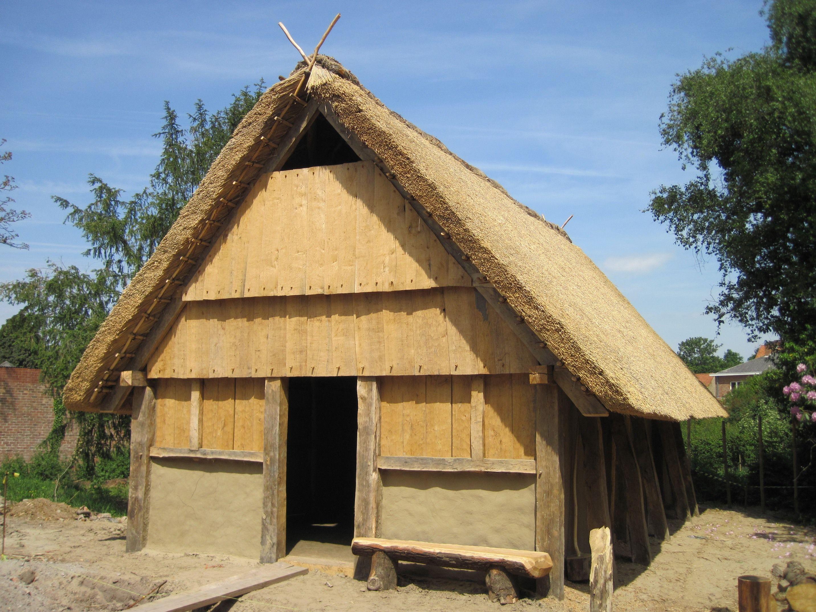 In de Pastoriestraat te Sint Andries/Brugge is een opgegraven merovingisch huis van een vergelijkbare constructie als de boerderij van Serooskerke herbouwd (foto Raakvlak, Brugge).