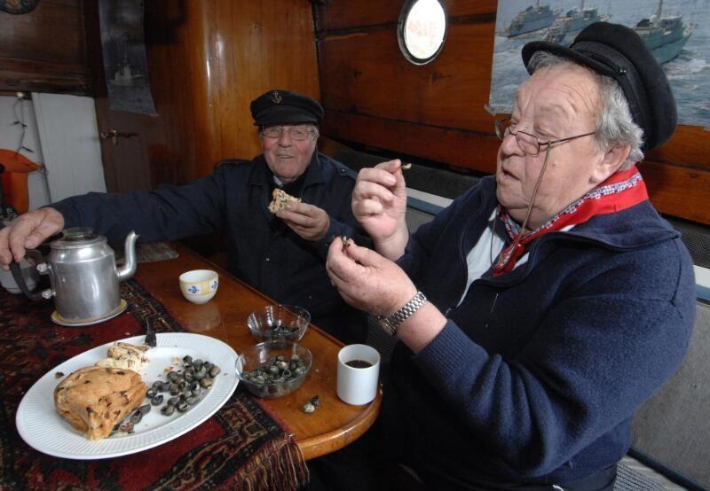 Krentenbrood met krukels eten in Zierikzee. (Zeeuwse Bibliotheek, Beeldbank Zeeland, foto J. Wolterbeek)
