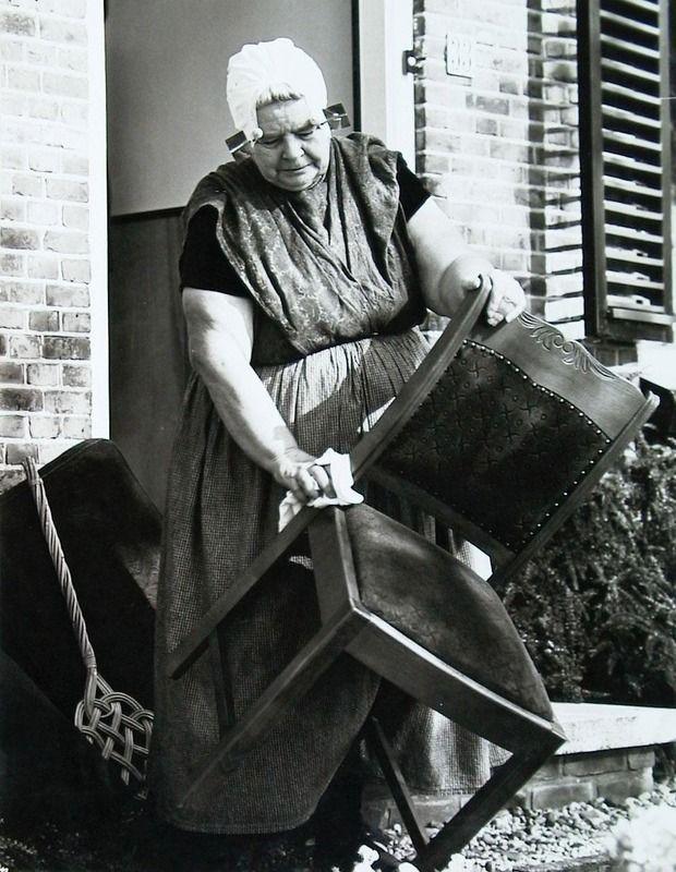 Pasen is ook de tijd voor de grote schoonmaak. Borssele 1970. (Zeeuwse Bibliotheek, Beeldbank Zeeland, foto C. Kotvis)