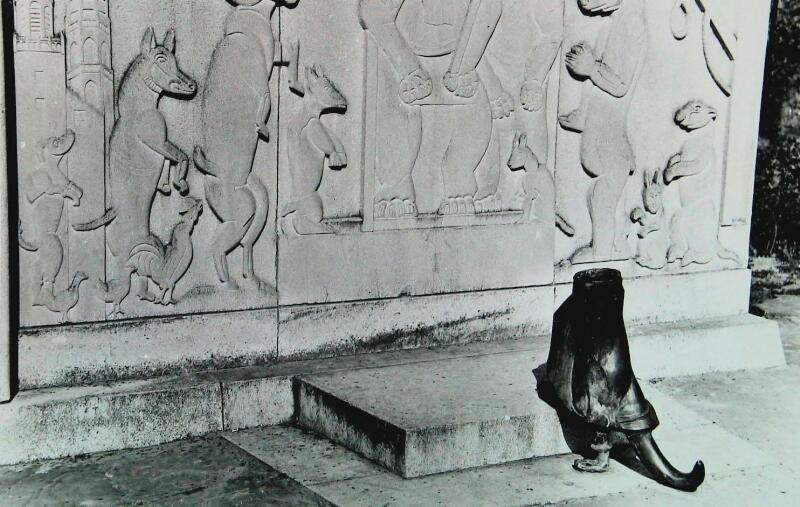 Op 1 april 1957 verdween het beeld van Reynaert de Vos uit Hulst. (Zeeuwse Bibliotheek, Beeldbank Zeeland).