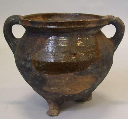 Kookpot of grape van roodbakkend aardewerk met spaarzaam loodglazuur uit de afvalkuil van het verdronken Sinte Philipslandt. Datering 1487-1532. (Particuliere collectie)