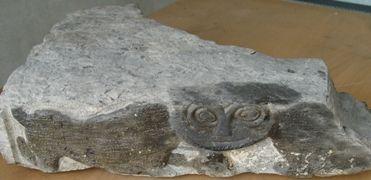 Hoekfragment van een romaanse doopvont van Doornikse kalksteen met de afbeelding van een leeuw. Datering circa 1150. (Beeldbank SCEZ)