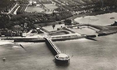 De Wandelpier in 1937. Op de achtergrond: Boulevard Bankert, het Haventje van Meijer, de Spuiboezem en het Villapark. (Gemeentearchief Vlissingen, Beeldcollectie, nr. PP1711)