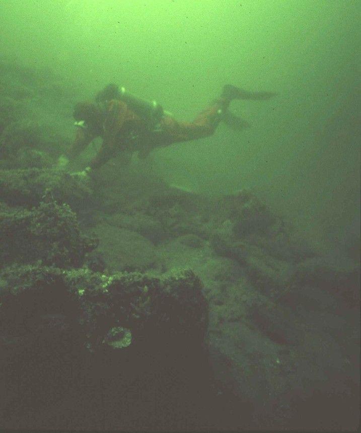 Duikonderzoek aan de resten van het havenhoofd van de haven van verdronken Bommenede. Op de voorgrond en aan de linkerzijde is de fundering van stortsteen, gelegen op zinkstukken, zichtbaar. (Fred Talle, Stichting Divem et Emergo)