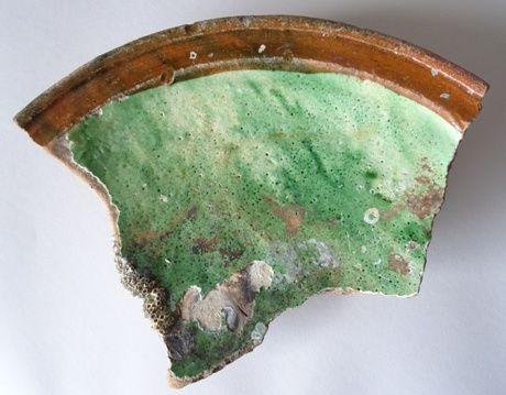 Fragment van een groot bord van roodbakkend aardewerk met spiegel versierd met witte slip en koperoxideglazuur uit het duikonderzoek van het verdronken Bommenede. Datering 1500-1550. (Beeldbank SCEZ)