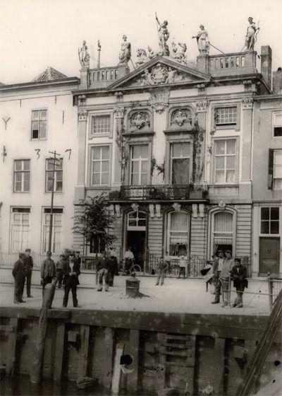 Het Beeldenhuis aan de Dokkade 31 in 1900. In 1930 is het pand daar afgebroken. In 1933-1934 werd de gevel weer opgetrokken in de Hendrikstraat. (Gemeentearchief Vlissingen, Beeldcollectie, nr. FA5535)