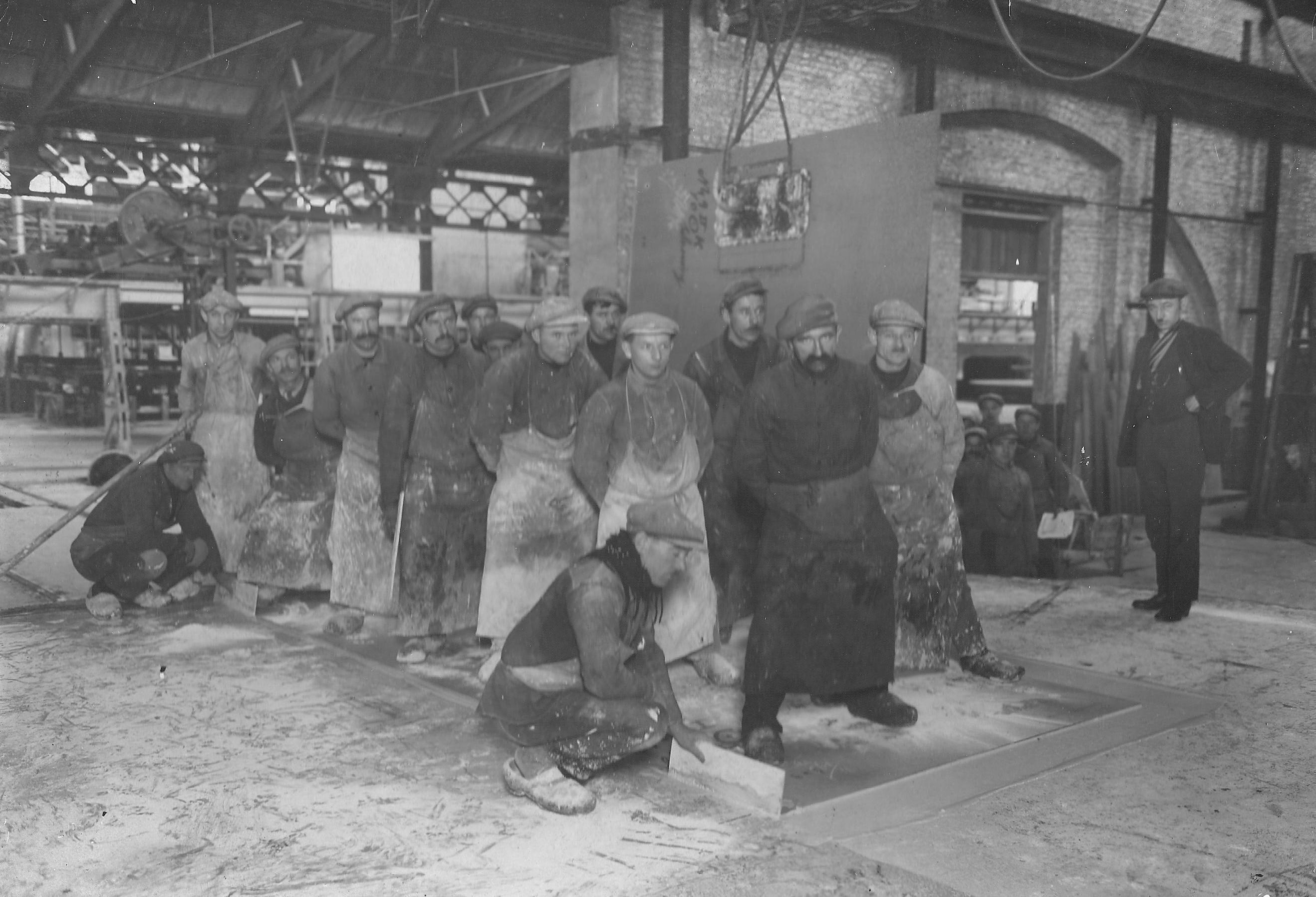 Het inbedden van glasplaten bij Sas Glas in 1929. (Zeeuws Archief, archief Glasfabriek Sas van Gent)