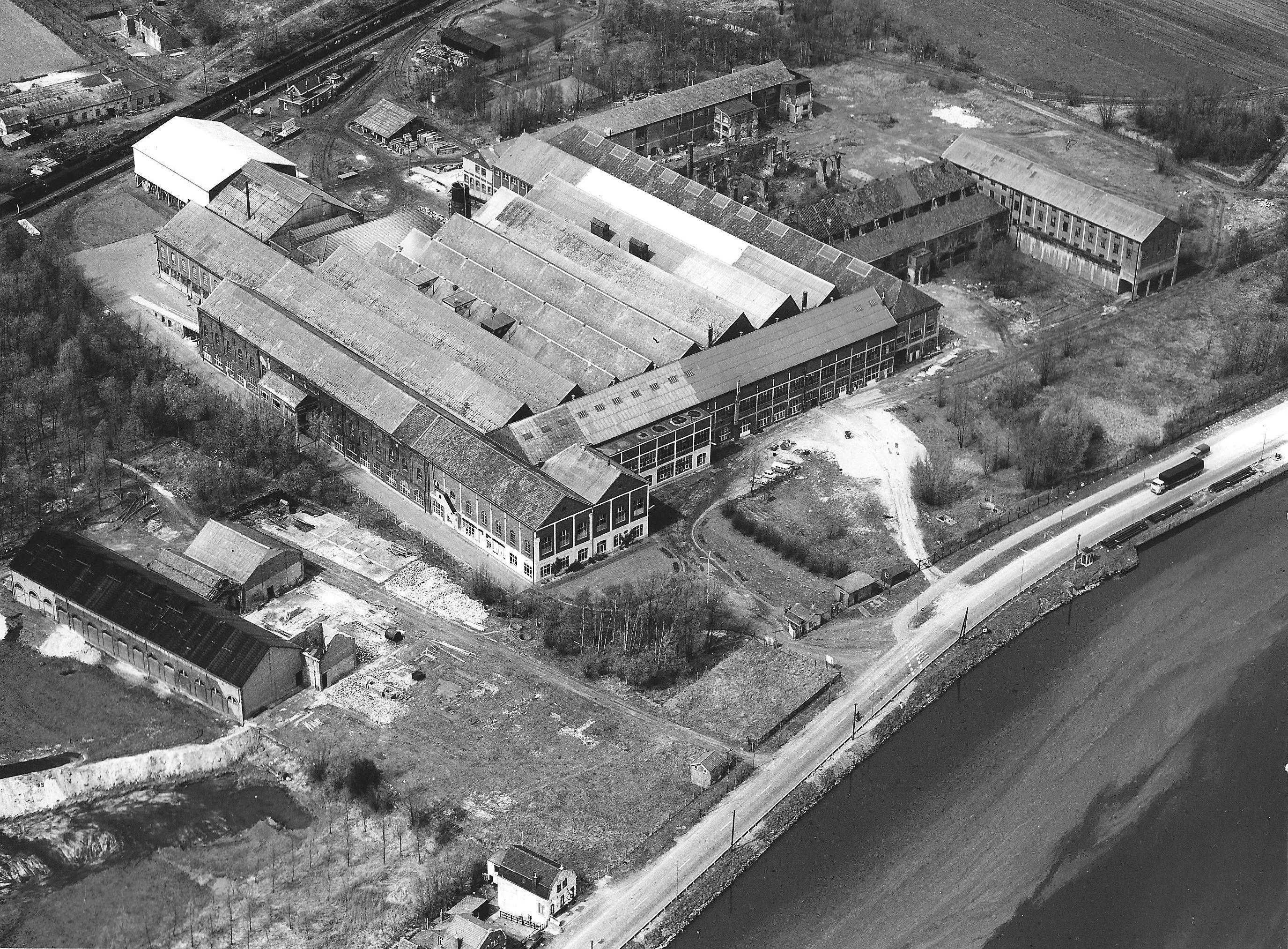 Luchtfoto van de glasfabriek, jaren vijftig. (Zeeuws Archief, archief Glasfabriek Sas van Gent)