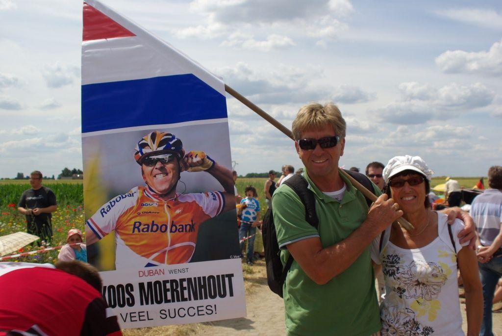 Ouders Moerenhout uit Achthuizen moedigen hun zoon aan met het zwaaien van een banner. (foto Arnold Parre)