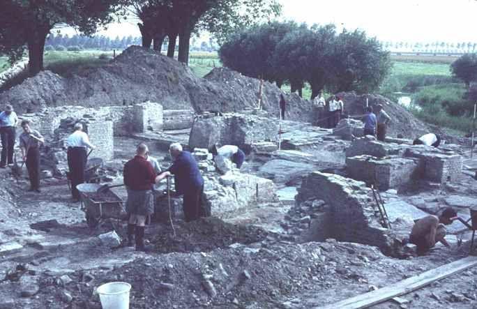 Opgraving van de resten van de kerk van Hannekenswerve. Centraal zijn de resten van de pijlers van de centraal in het gebouw gelegen vieringtoren van de kruiskerk zichtbaar. (Beeldbank Erfgoed Zeeland)