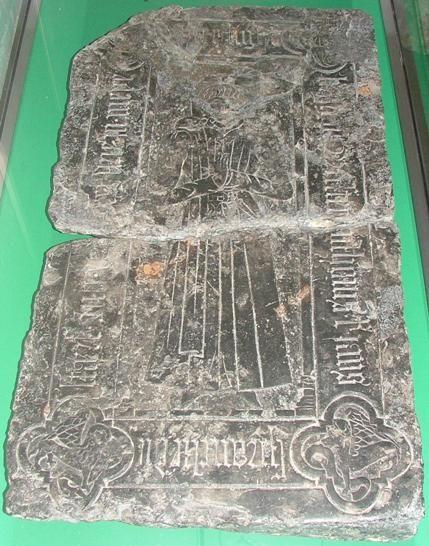 Gerestaureerde grafsteen, gemaakt van Doornikse kalksteen, van Anthonis Sprancke die op 3 mei 1531 stierf. (Beeldbank SCEZ)
