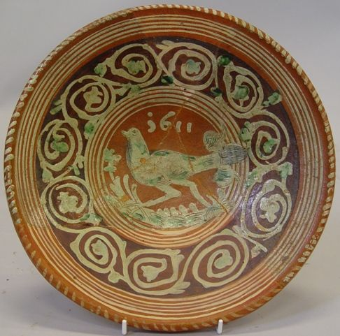 Bord van roodbakkend geglazuurd aardewerk met in slipversiering een lopende vogel en het jaartal 1611. Het aardewerk is afkomstig uit het Werragebied in het Duitse Hessen. (Beeldbank SCEZ)