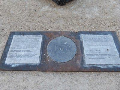 De gedenksteen in de bestrating van het Bellamypark, tegenover de Reptielenzoo. De steen herinnert aan de gebeurtenissen van 6 april, maar ook aan de executie van Don Pedro Pacieco. (Collectie auteur)