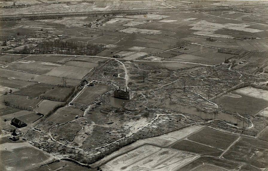 Zicht op Ter Hooge en het kaalgeslagen landschap daaromheen. Luchtfoto 7 mei 1946. (Zeeuws Archief, Historisch-Topografische Atlas Middelburg)