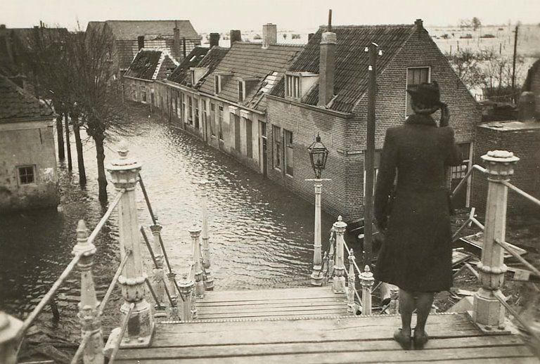 Op de spoorbrug in Middelburg met zicht op de Segeersweg. (Zeeuws Archief, Historisch-Topografische Atlas Middelburg, foto A.A. van Pagee)
