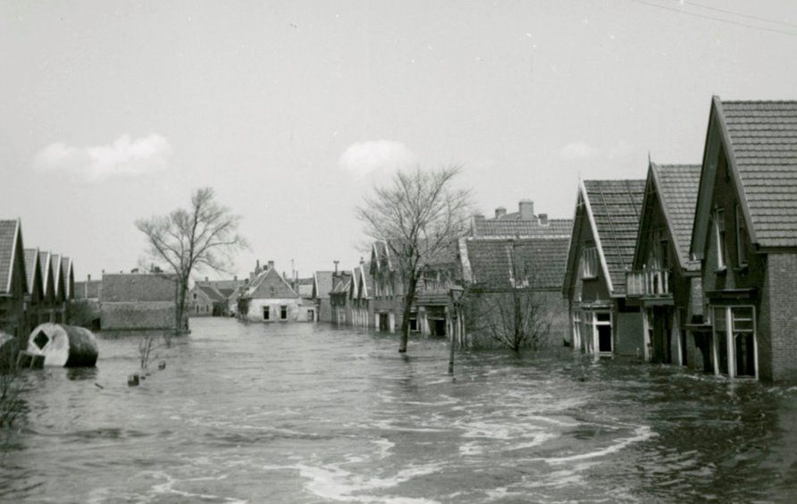 Het water in de Noordweg, bij Brigdamme, 1945. (Zeeuws Archief, foto Dert Vlissingen)
