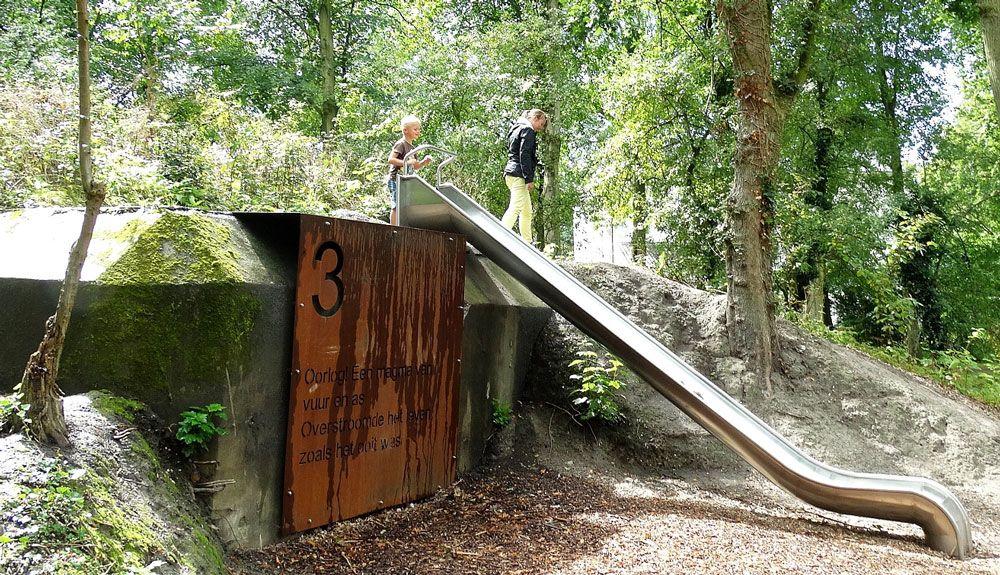 Speeltoestellen en stalen platen met gedichten maken de bunkers in Park Toorenvliedt meer beleefbaar. (Foto Gemeente Middelburg)