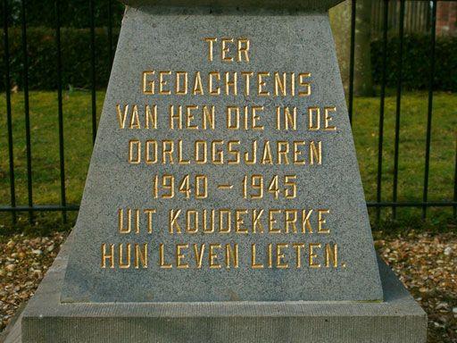 Op de sokkel van het monument is een herinneringstekst en de namen van de omgekomen inwoners aangebracht. (Foto Dorpsraad Koudekerke)