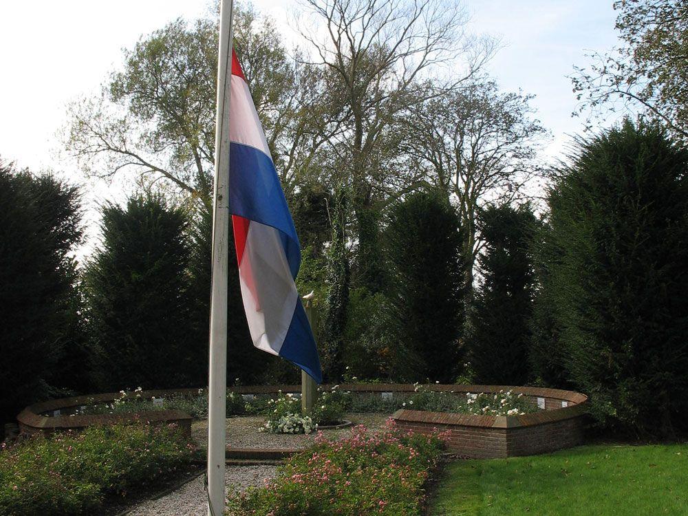 De vlag hangt halfstok tijdens de herdenking op 26 oktober 2014. (Foto Protestantse Gemeente Hoedekenskerke)