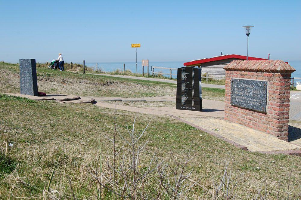 Op de achterzijde van het Noorse en het Britse monument zijn plaquettes met de namen van de omgekomen commando's aangebracht. (Beeldbank SCEZ)