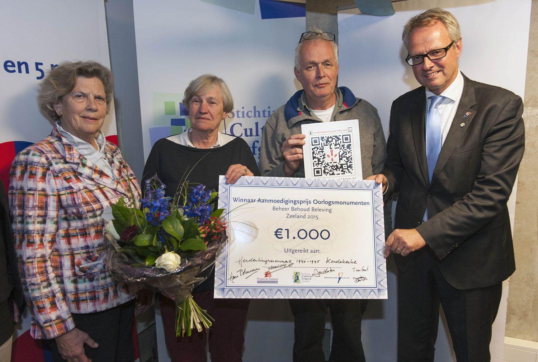Commissaris van de Koning Han Polman reikte op 21 april 2015 de Aanmoedigingsprijs Oorlogsmonumenten 2015 uit aan vertegenwoordigers van de Dorpsraad Koudekerke. (Foto Mieke Wijnen)