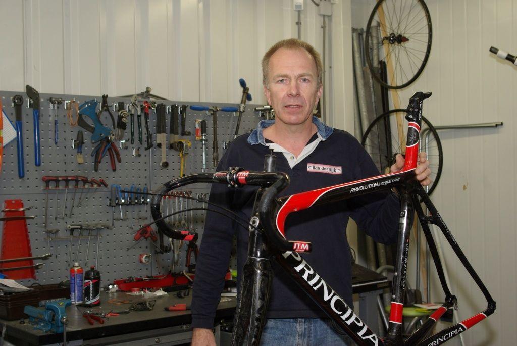 Jan van der Eijk in zijn werkplaats. (foto Arnold Parre)