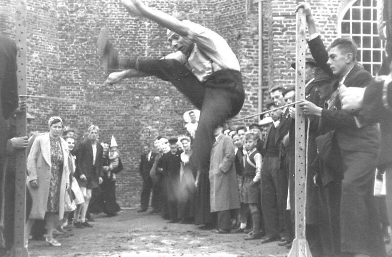 Atletiek tijdens Koninginnedag in Serooskerke (W), 31 augustus 1945. (Zeeuwse Bibliotheek, Beeldbank Zeeland, foto K. Broerse)