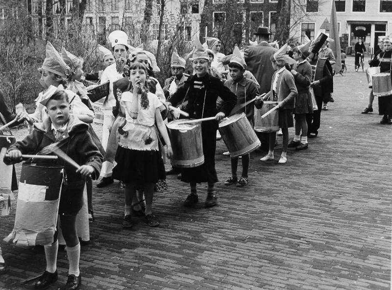 Kinderoptocht in Middelburg, 30 april 1958. (Zeeuwse Bibliotheek, Beeldbank Zeeland, foto I. Lamain)