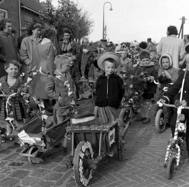 Oranjefeest in Cadzand omstreeks 1956. (Zeeuwse Bibliotheek, Beeldbank Zeeland, foto O. de Milliano)