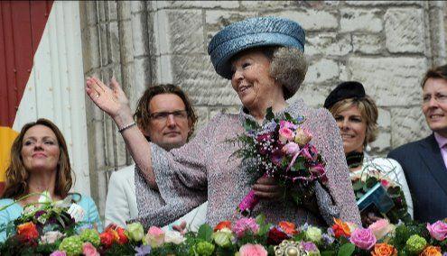 Koningin Beatrix op het bordes van het stadhuis in Middelburg, 30 april 2010. (Zeeuws Archief, foto Lex de Meester)