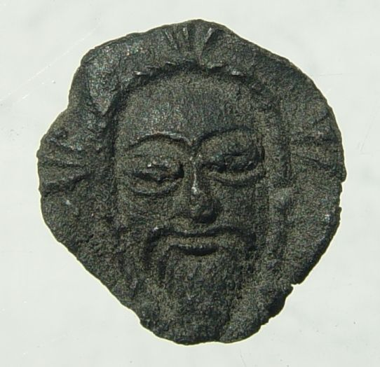 Fragment van een pelgrimsinsigne met de afbeelding van de Vera Icon, het ware gezicht van Christus, gevonden in Nieuwlande. Datering 1300-1400. (Beeldbank SCEZ)