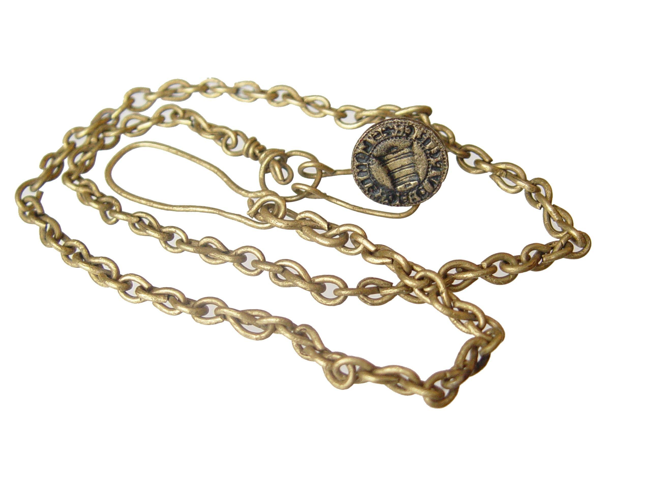 Messing zegelstempel aan messing ketting gevonden in Nieuwlande. De tekst van het stempel luidt:: S'[igillum] LONIS DE CUPERE. Datering 1400-1450. Diameter 1,9cm; hoogte 1,9cm. (Particuliere collectie)