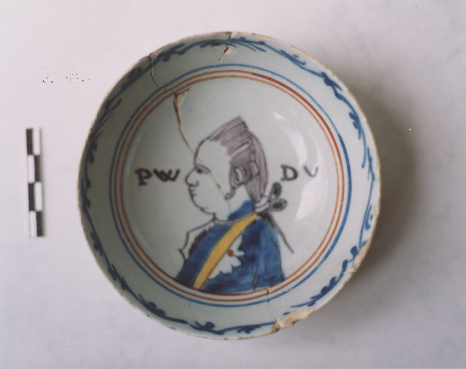 Oranjekeramiek uit Sint-Philipsland, ca. 1780; PWDV betekent 'Prins Willem de Vyfde' (Zeeuws Archeologisch Depot, Stichting Cultureel Erfgoed Zeeland).
