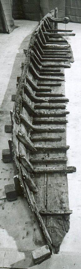 Overzicht van de bakboordzijde van het gereconstrueerde scheepje van Nieuwlande, vanaf de achtersteven. (Rijksdienst voor het Cultureel Erfgoed, Amersfoort)