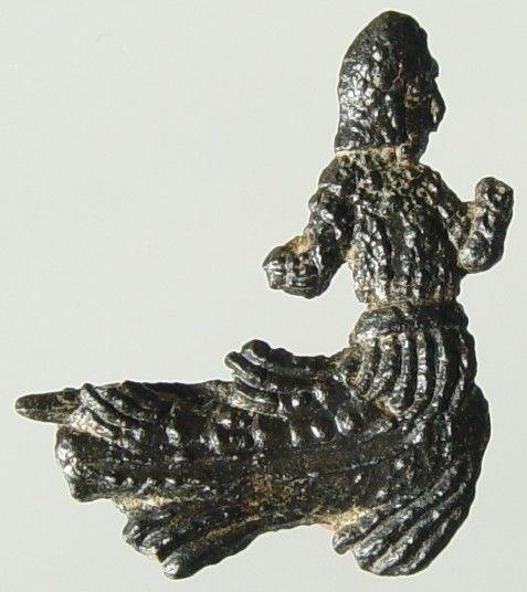 Lood-tinnen profane broche, met de afbeelding van een zeemeerman, gevonden te Westenschouwen. Datering 1400-1450. (Gemeentelijke Musea Zierikzee)
