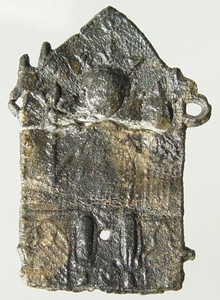 Lood-tinnen pelgrimsinsigne, voorstellende Maria met Kind, vermoedelijk uit de bedevaartplaats Aken, gevonden te Westenschouwen. Datering 1300-1350. (Gemeentelijke Musea Zierikzee)