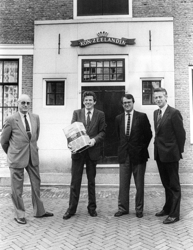 Het bestuur van Zeelandia met een blik Carlo bij het 50-jarig bestaan van dit product in 1985. (Gemeentearchief Schouwen-Duiveland, coll. Zierikzeesche Nieuwsbode, foto J.D.C. Berrevoets)