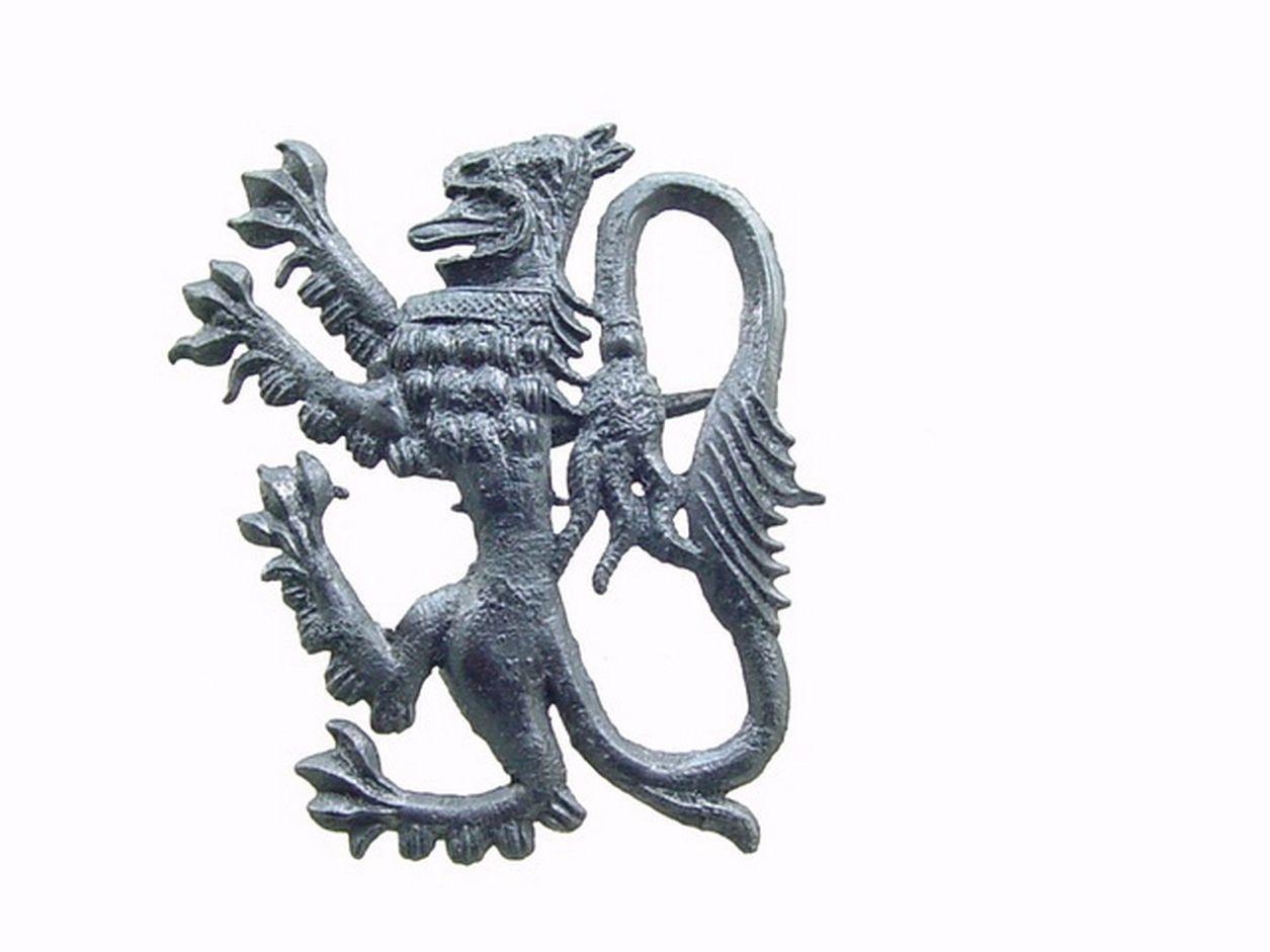 Lood-tinnen insigne (speld) met klauwende leeuw. Vaak gedragen door aanhangers van edelen of personen die het hogere in het leven nastreefden. Hoogte 3,8 cm; datering 1300-1375 (foto ArcheoMedia).
