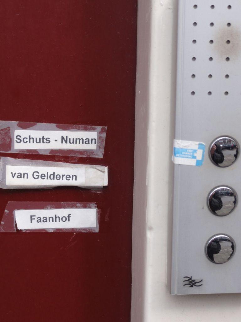Het ielig naambordje in de Westerstraat in Amsterdam. (foto Frits Caljouw)