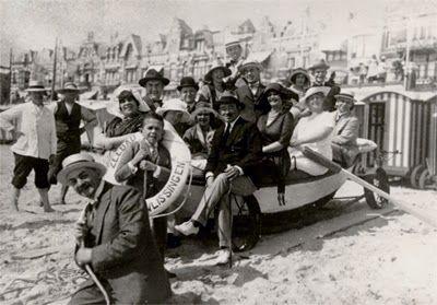 Het cabaretgezelschap van Jean Louis Pisuisse in 1920 op het badstrand te Vlissingen. (Gemeentearchief Vlissingen, Beeldcollectie)